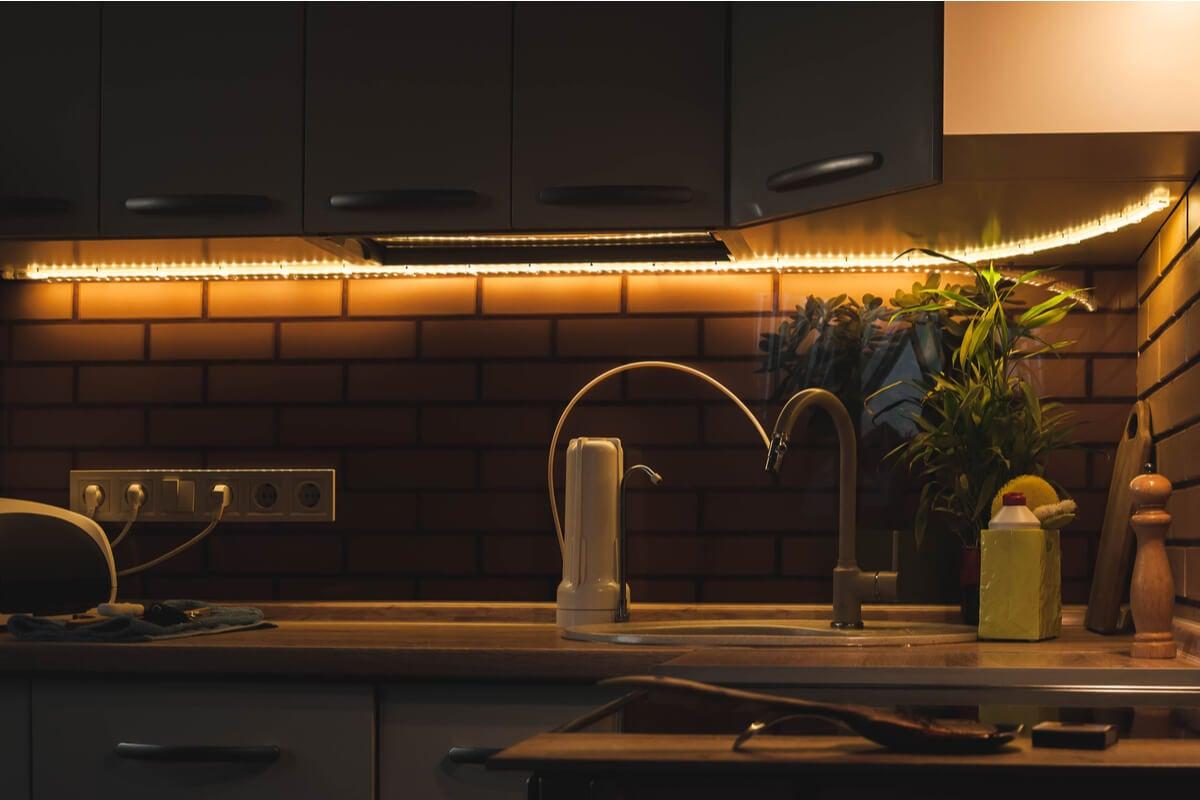 Luces de tiras LED en la cocina.