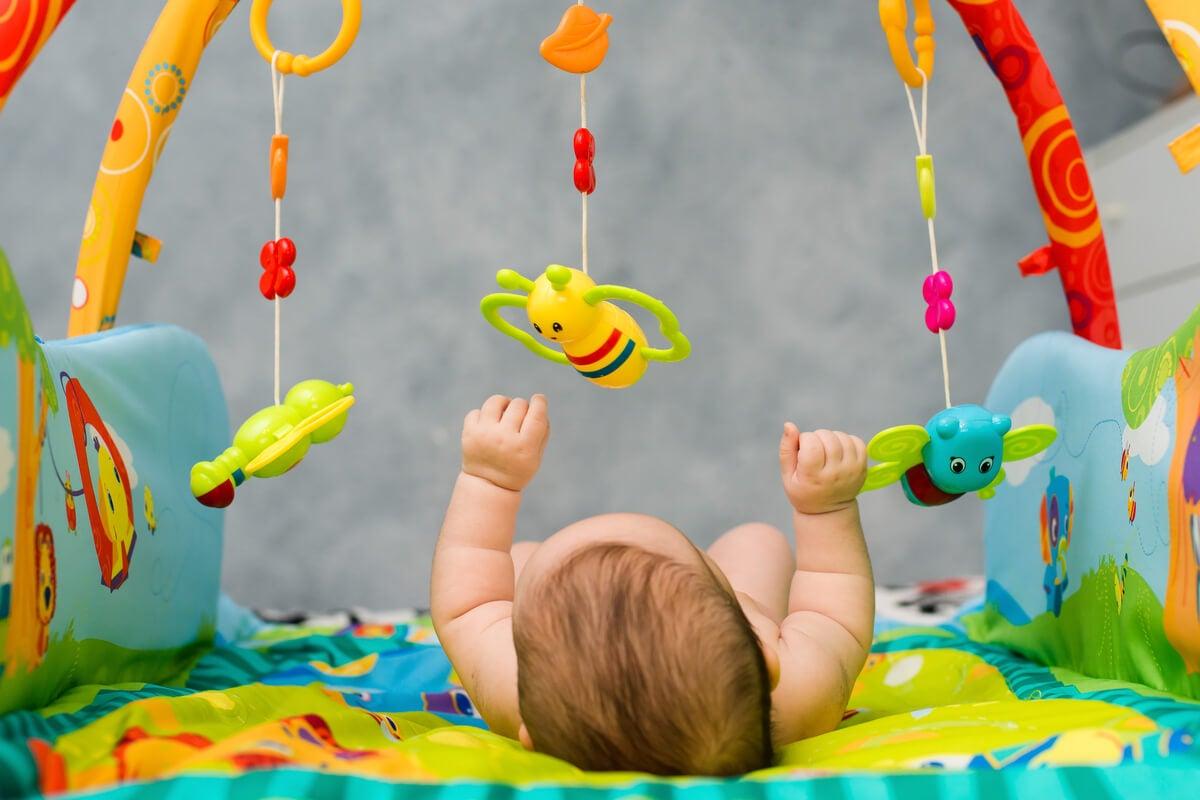 Móvil para estimulación visual del bebé.