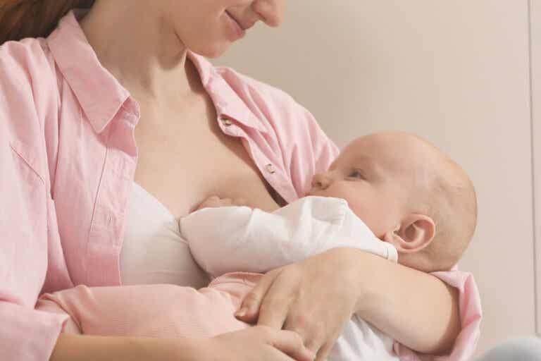¿Qué significan los cambios de color en la leche materna?