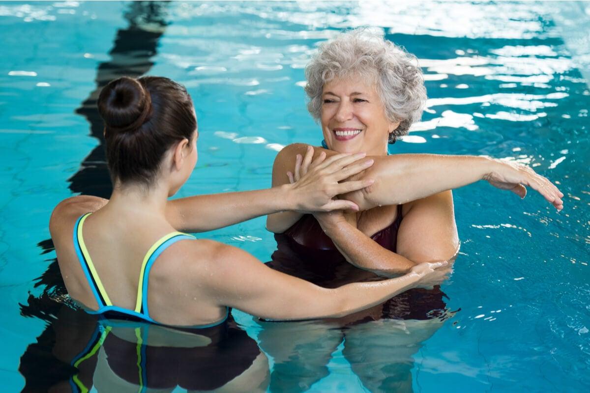 Natación en verano para rehabilitación.