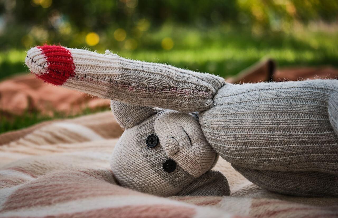 Muñeco con calcetines viejos.