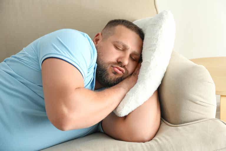 Dormir tarde podría aumentar el riesgo de sufrir obesidad, muestran estudios