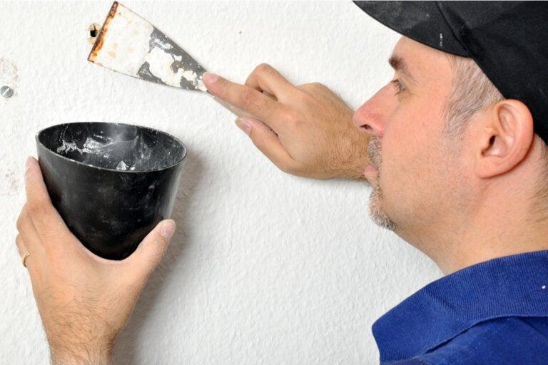¿Cómo resanar agujeros en una pared?