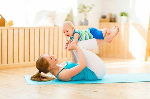 Yoga posparto: ¿cómo empezar a practicarlo?