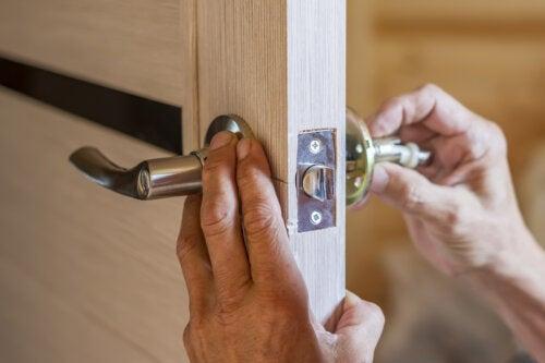 ¿Cómo arreglar el pomo de una puerta?