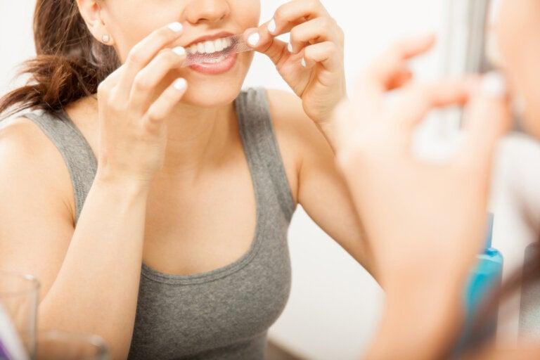 6 consejos para usar tiras de blanqueamiento dental