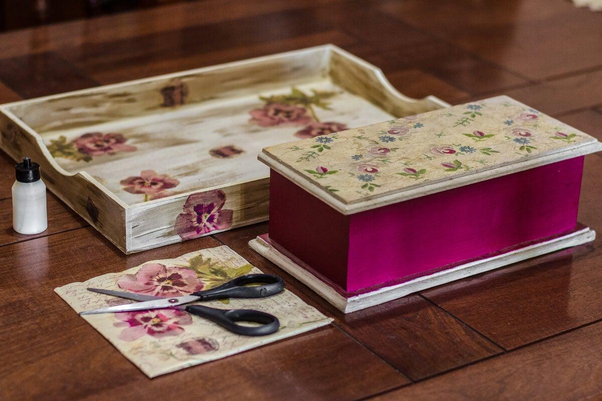 Caja decorada con técnica decoupage.