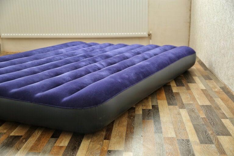 ¿Cómo reparar un colchón inflable?