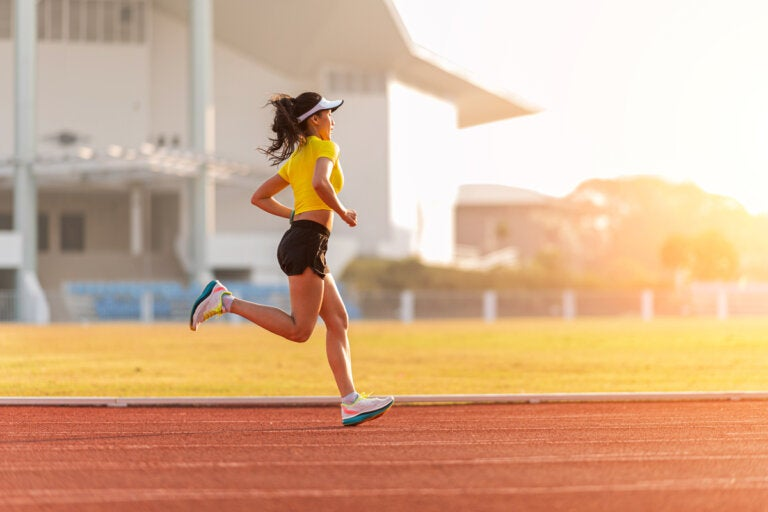 Rutina de entrenamiento en pista para corredores