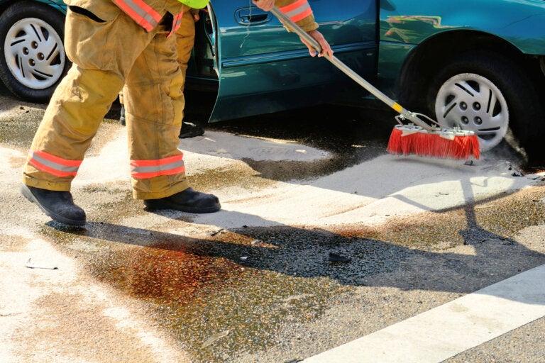 ¿Cómo limpiar un derrame de gasolina?