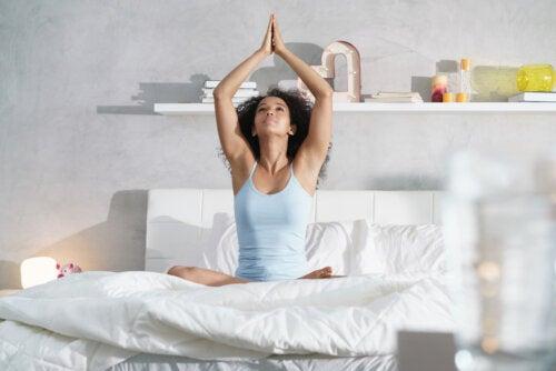 5 ejercicios que puedes hacer antes de dormir para despertar como nuevo