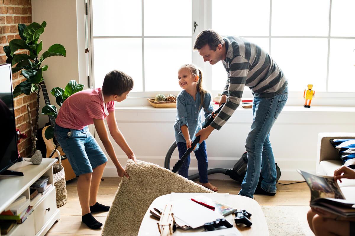 Familia participa en la limpieza de la casa en verano.