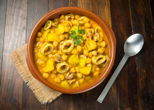 Garbanzos con calamares:  receta sencilla y saludable