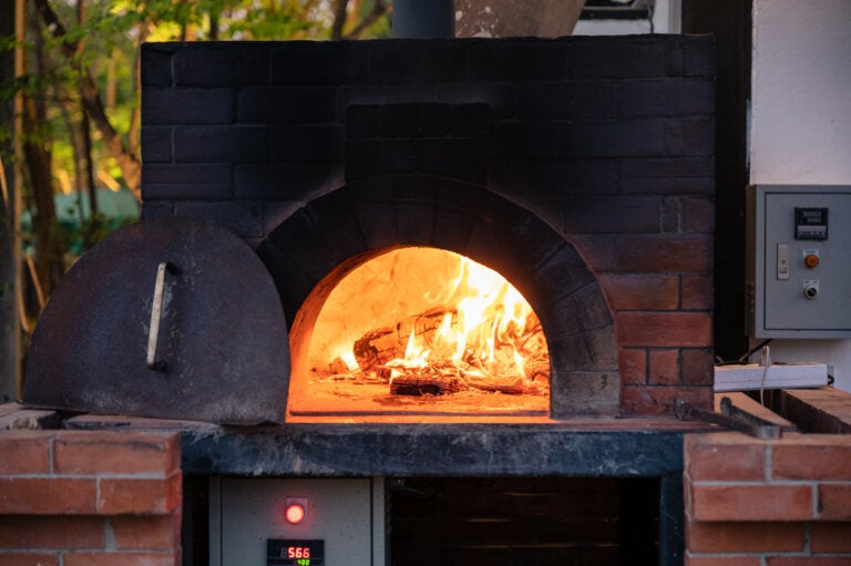 ¿Cómo utilizar un horno de leña?