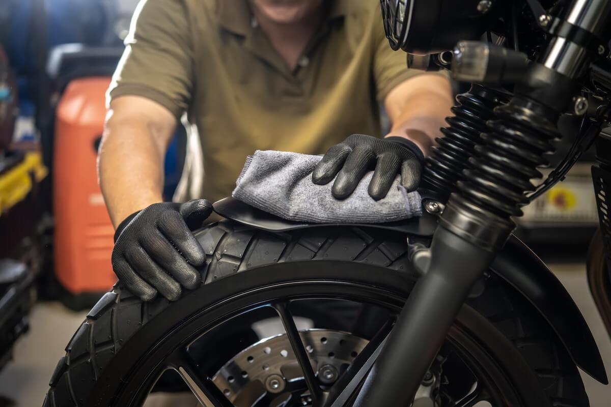 Cuidado de los neumáticos de una motocicleta.