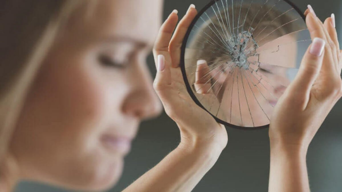 Mujer con baja autoestima y distorsiones cognitivas.