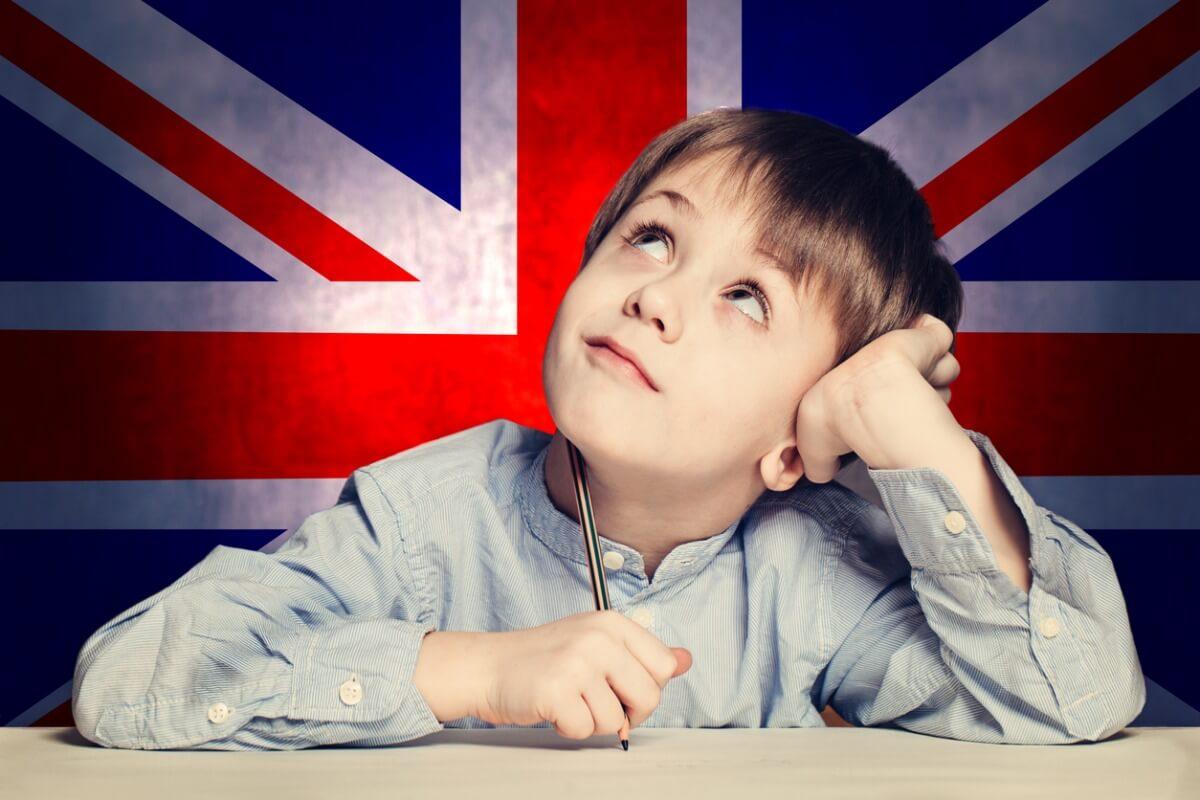 Niño aprendiendo inglés.