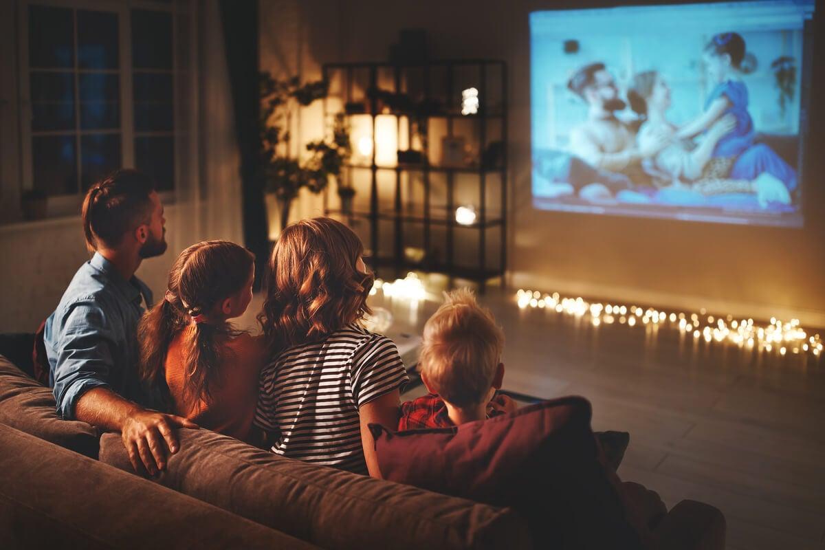 Ver películas en verano en familia.