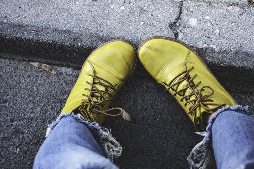 ¿Cómo combinar zapatos amarillos?