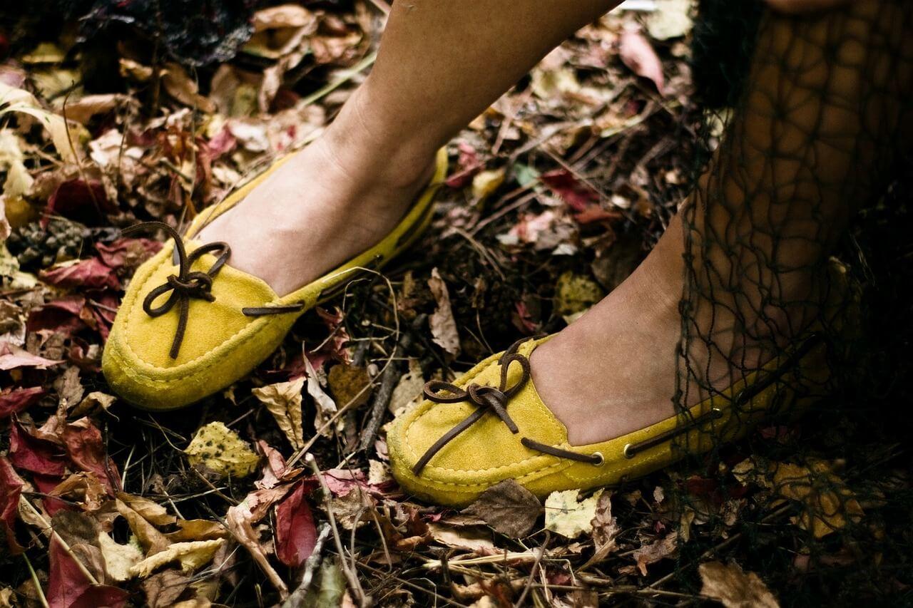 Zapatos amarillos para combinar en otoño e invierno.