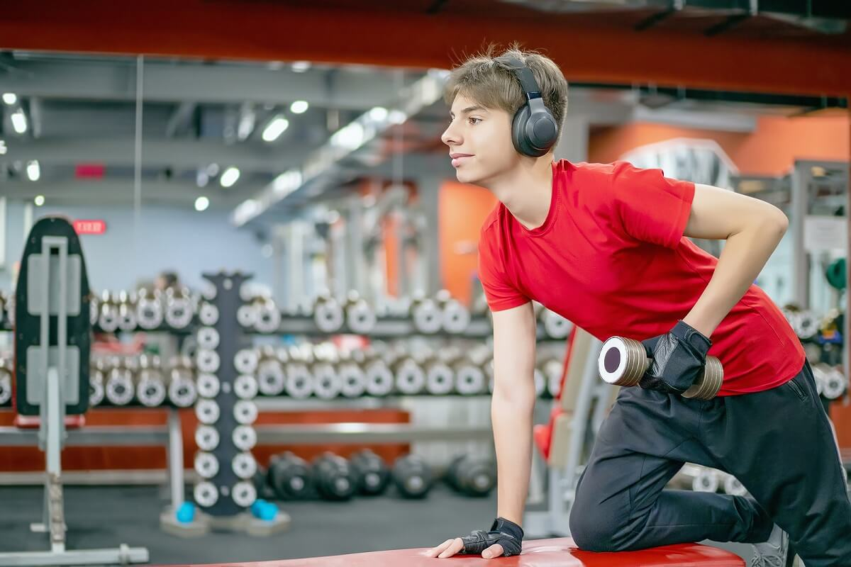 ¿Por qué se cree que levantar pesas afecta el crecimiento?