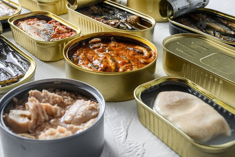 ¿Es peligroso guardar enlatados abiertos en el refrigerador?