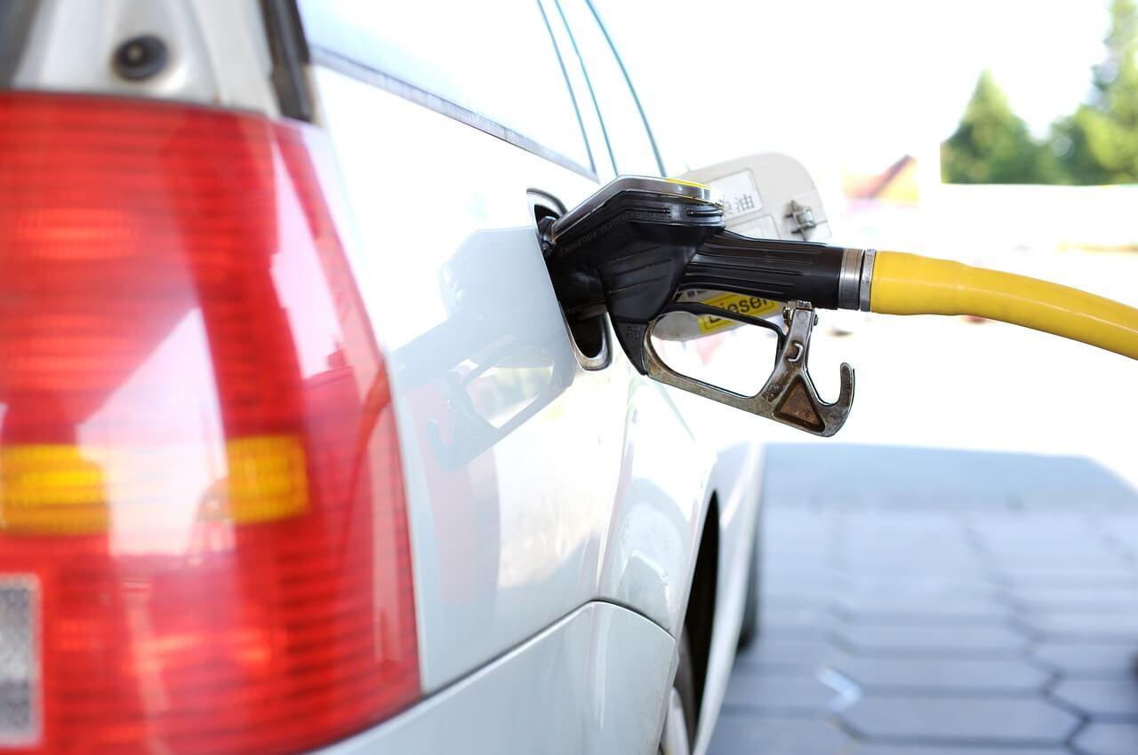 Colocar gasolina no carro alugado