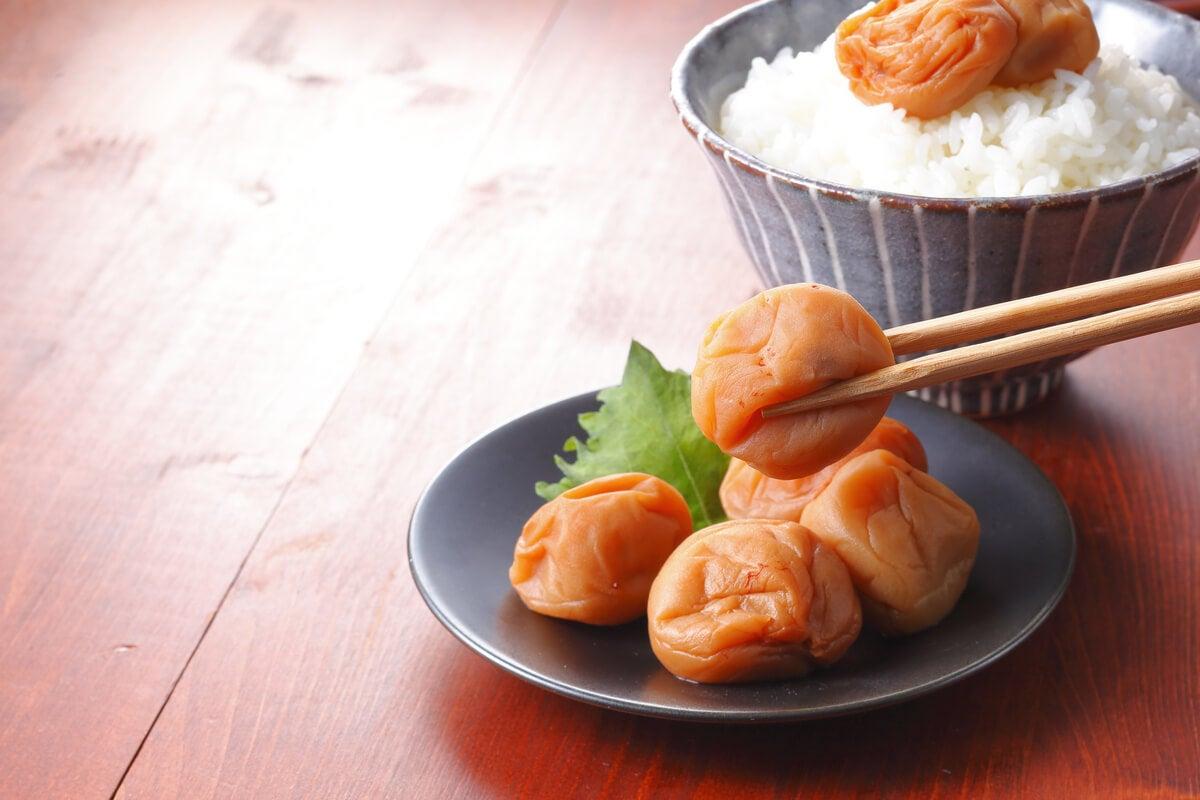 Ciruela umeboshi en la cocina.