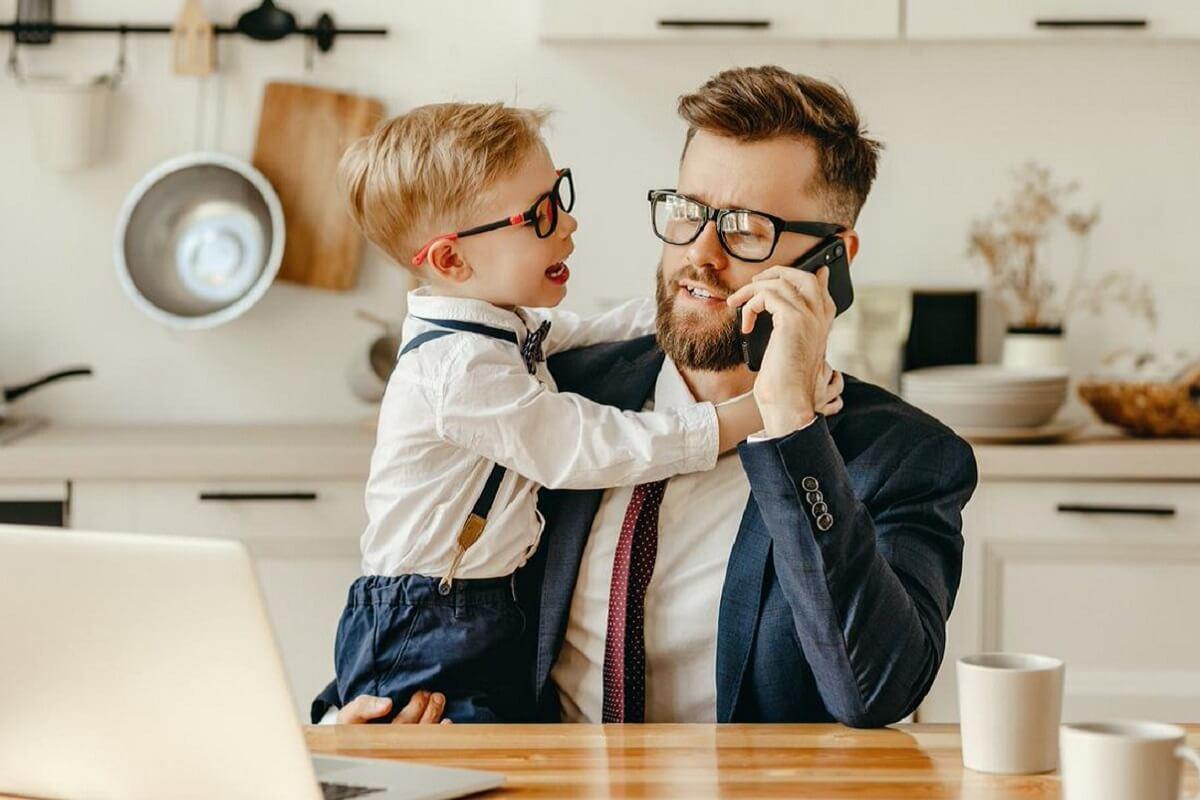 Niño interrumpiendo a su padre.