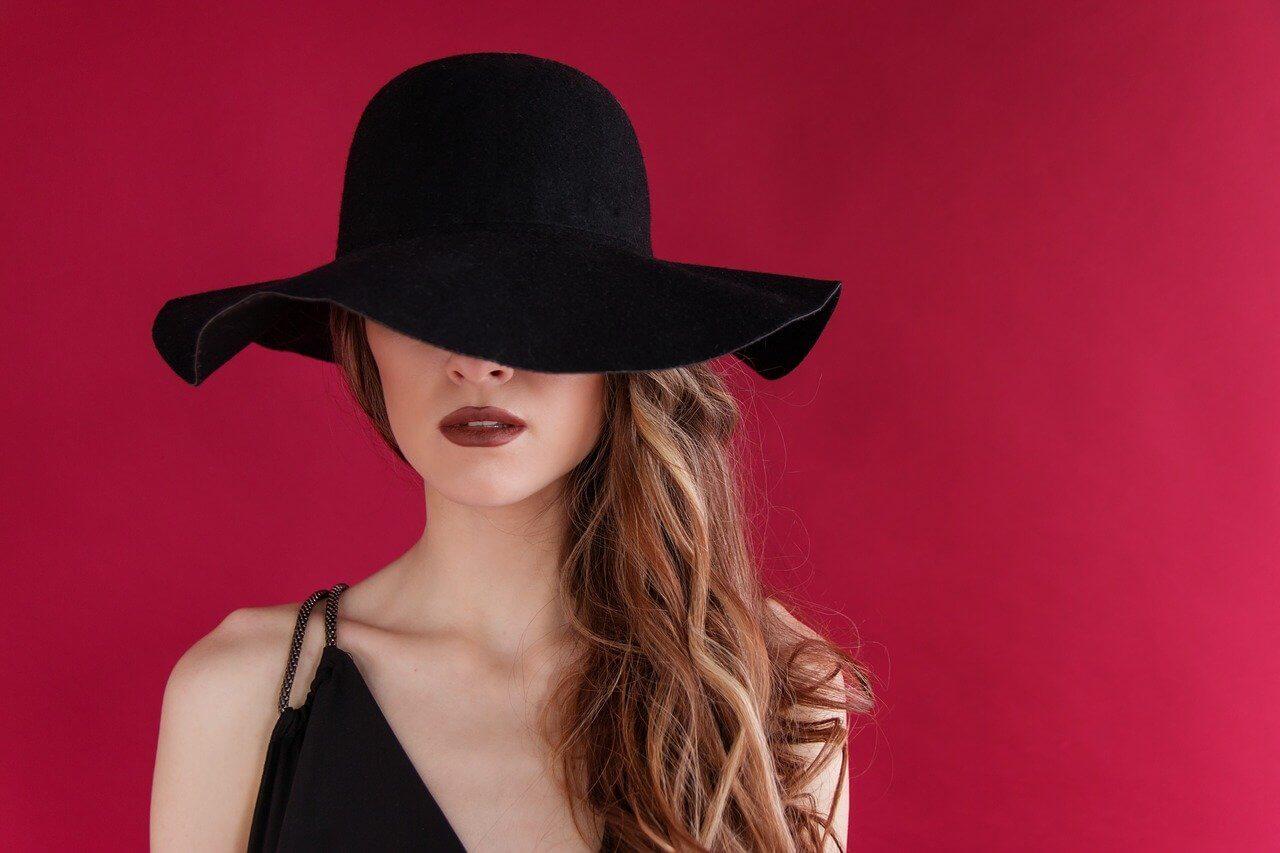 Vestido negro con sombrero.