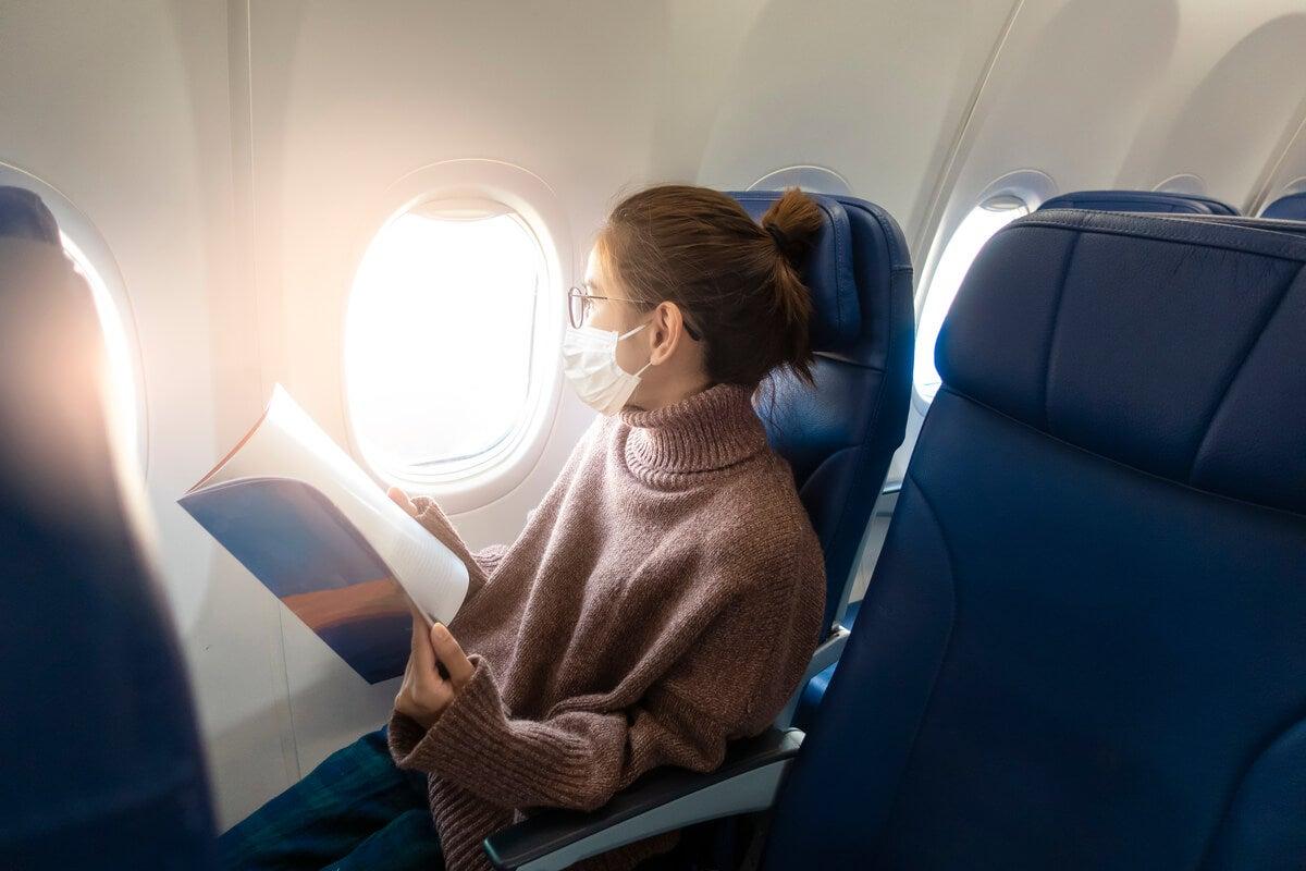 Viaje en avión con el pelo recogido.