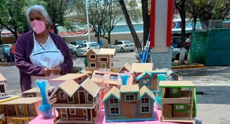 Esta abuelita construye casas de cartón para intercambiar por comida y no pasar hambre, la población se moviliza