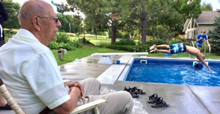 Superó la soledad abriendo una piscina para los niños de su barrio