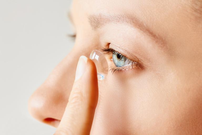 ¿Cómo se ponen los lentes de contacto?