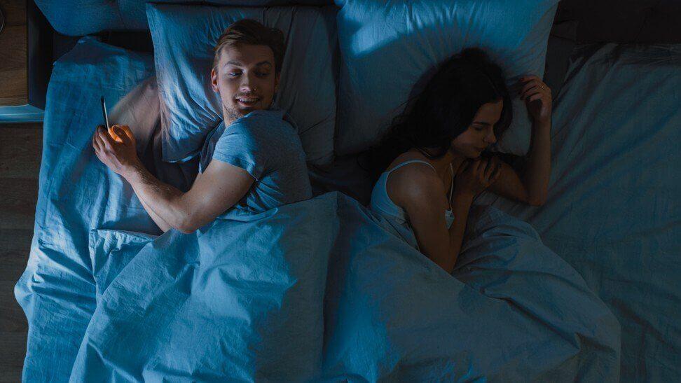 Hombre infiel virtual en la cama.