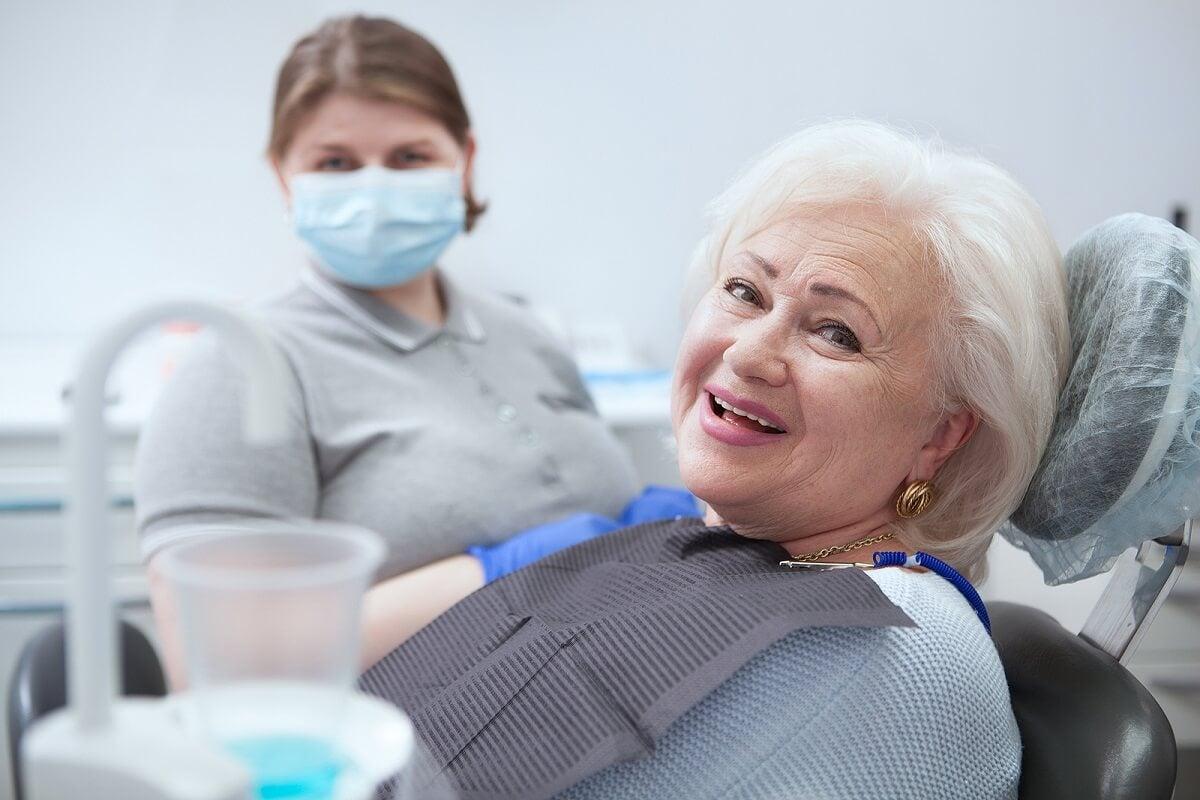 ¿Cómo cuidar la salud bucal de un adulto mayor?