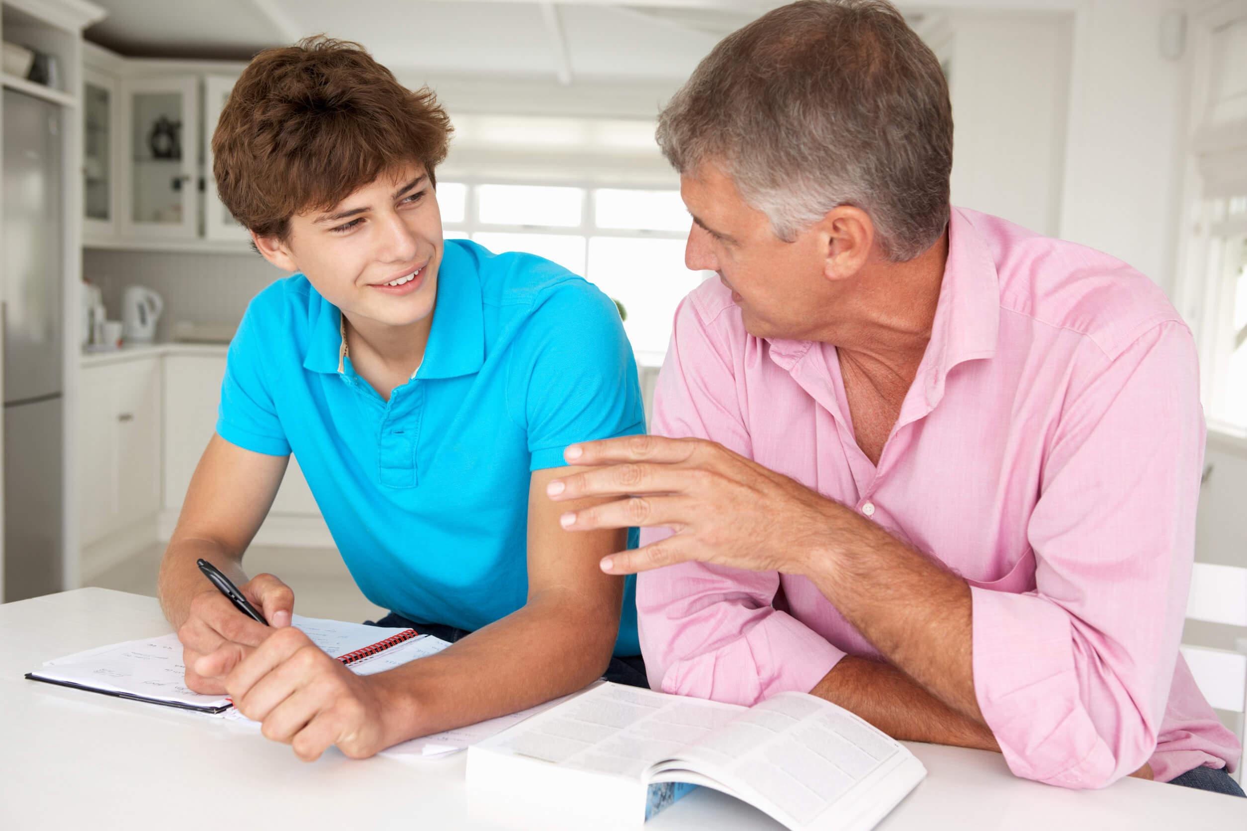 Padre negocia con su hijo adolescente.