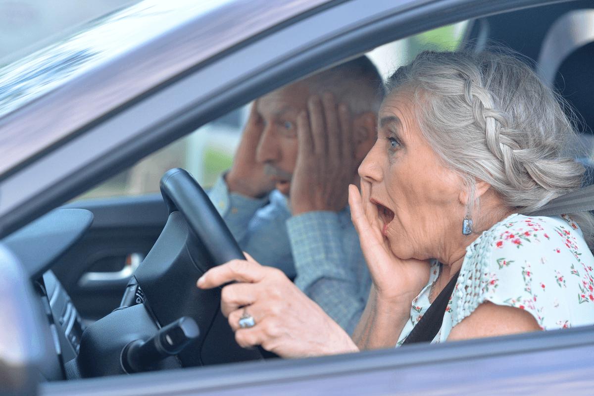 Accidente vehicular al conducir una persona mayor.