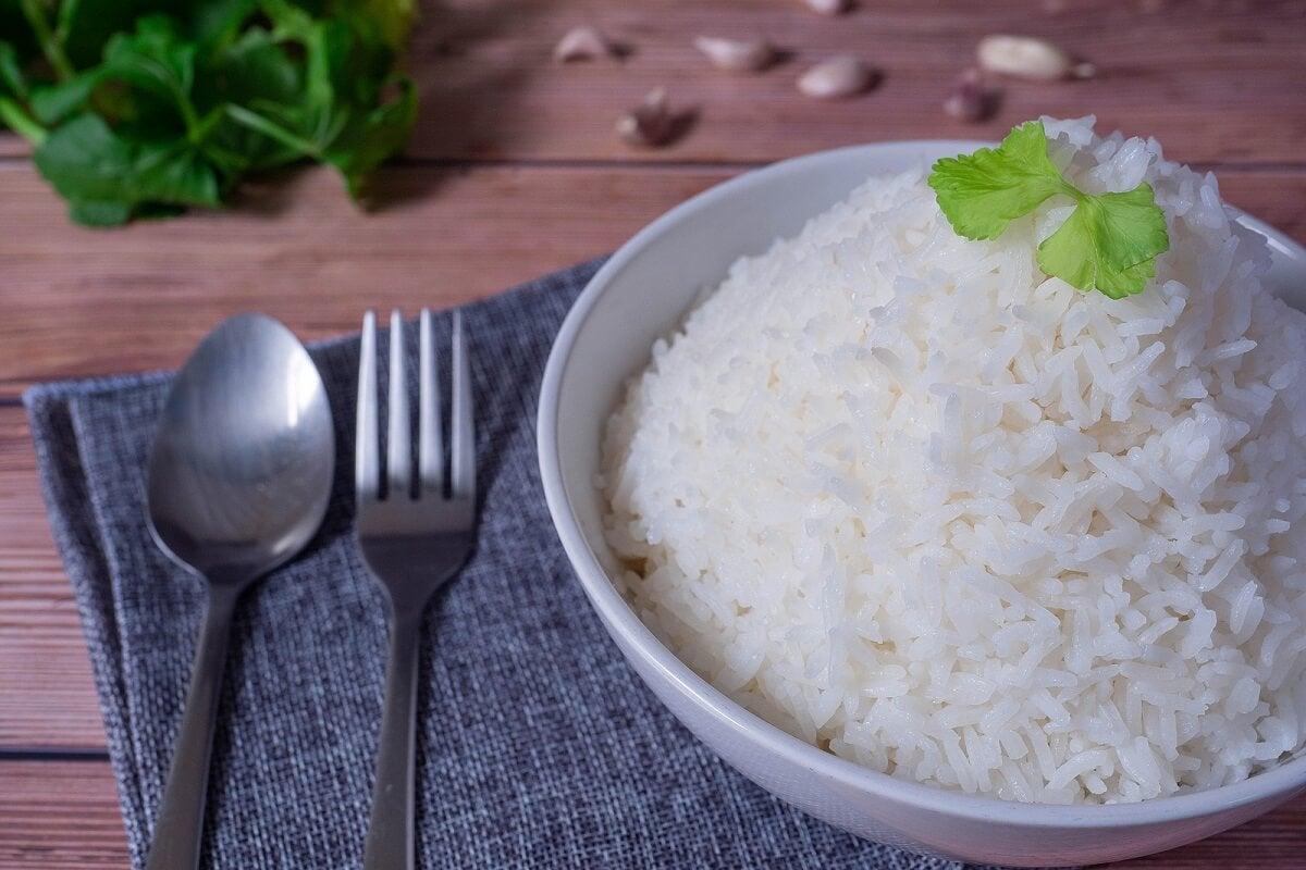 Riso cotto per preparare i dolmades di riso.
