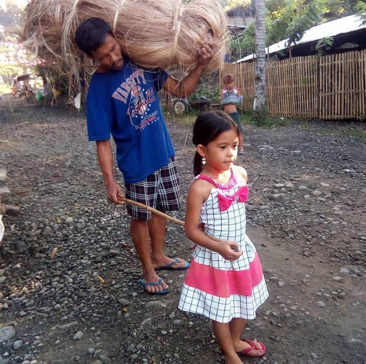 Jenny guiando a su papá no vidente.