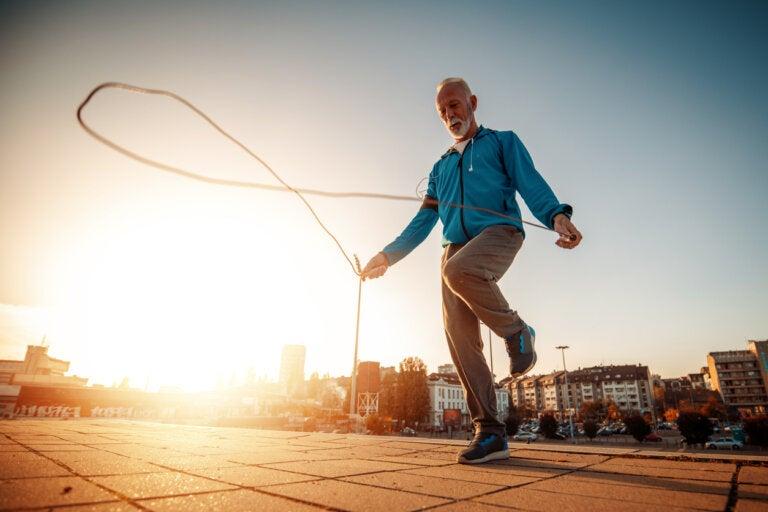 5 ejercicios al aire libre para adultos mayores