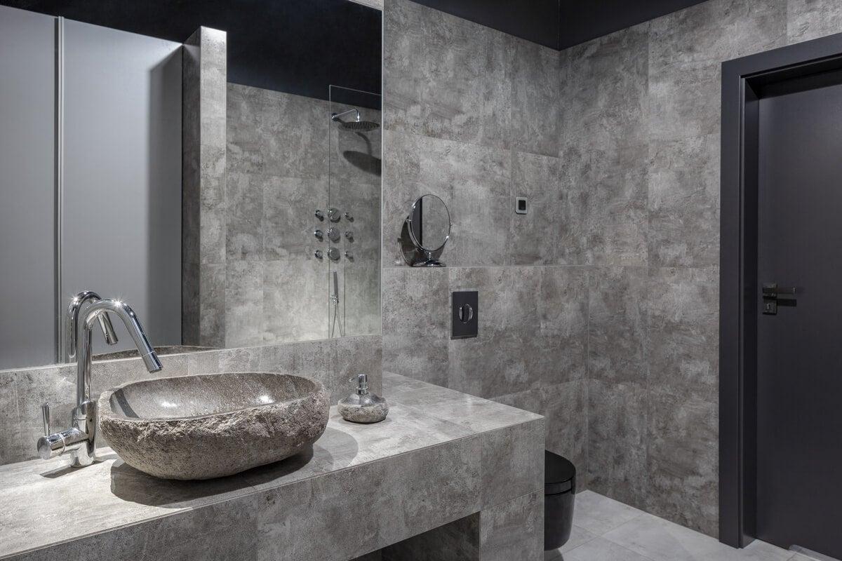 Baño con paredes grises.