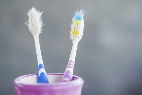 Razones por las que se debe cambiar el cepillo de dientes
