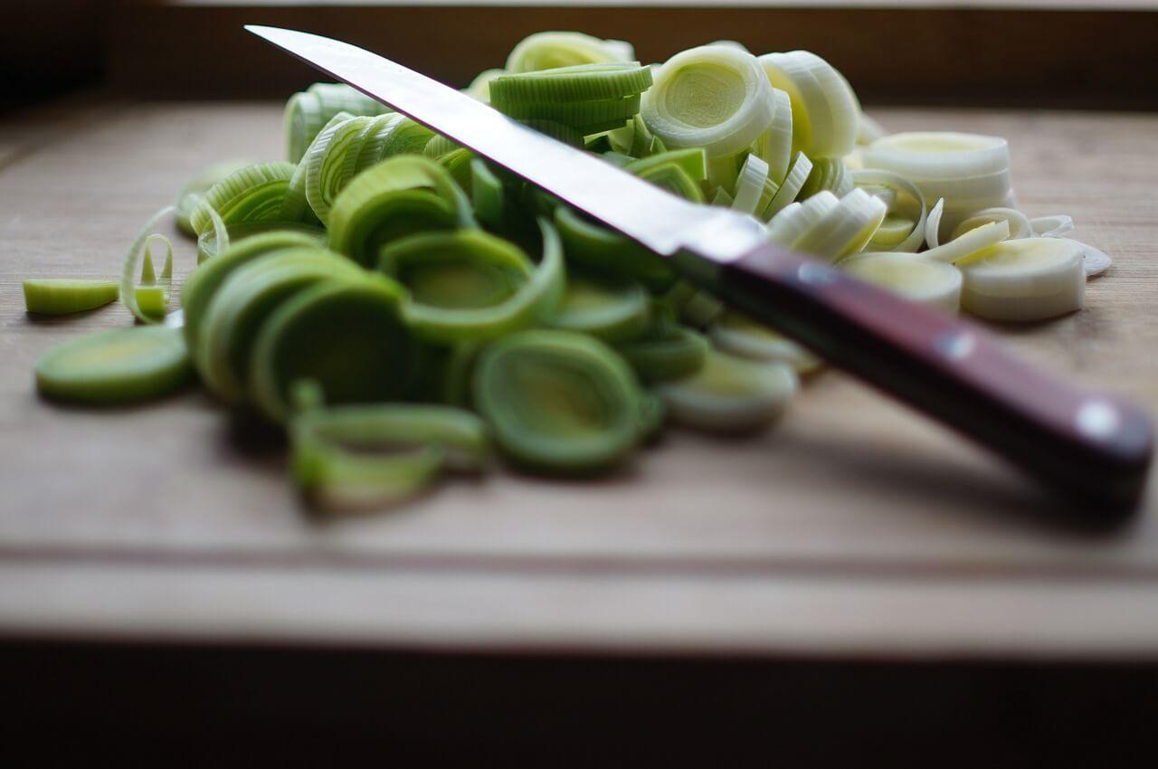 Cuchillo y tabla de cocina.