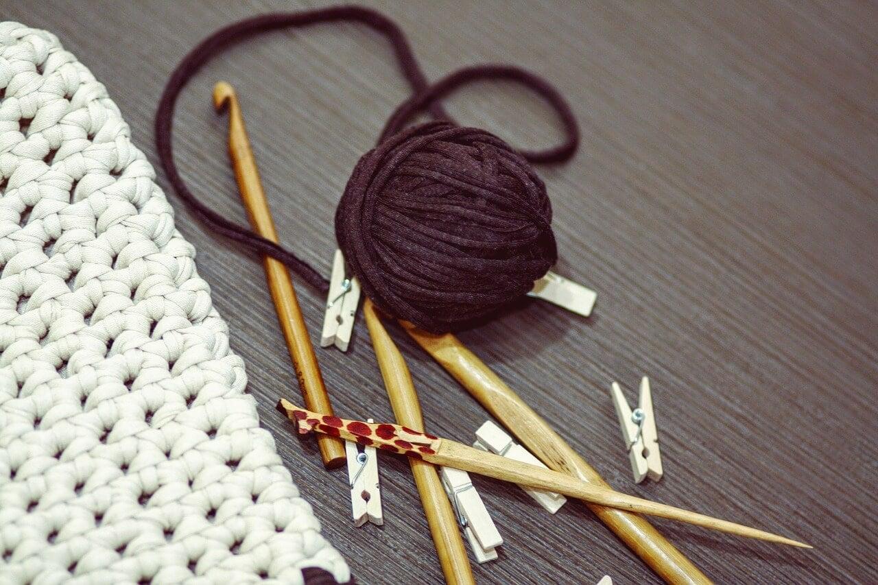 Hilos y agujas de crochet.