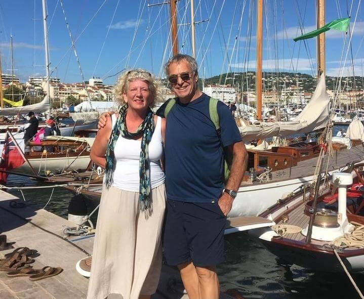 La pareja de jubilados en su aventura.