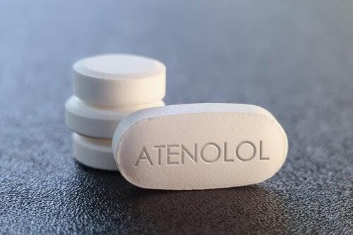 ¿Qué es el atenolol y cuáles son sus efectos?