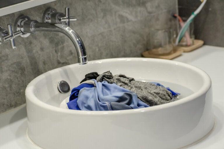 ¿Cómo lavar la ropa sucia durante un viaje?