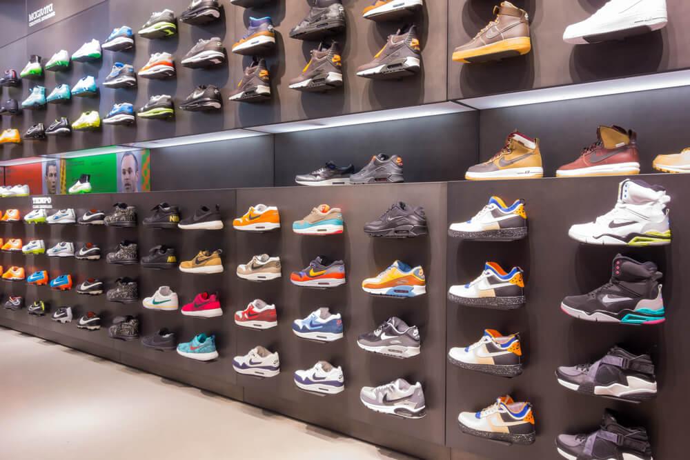 La tienda de zapatos.