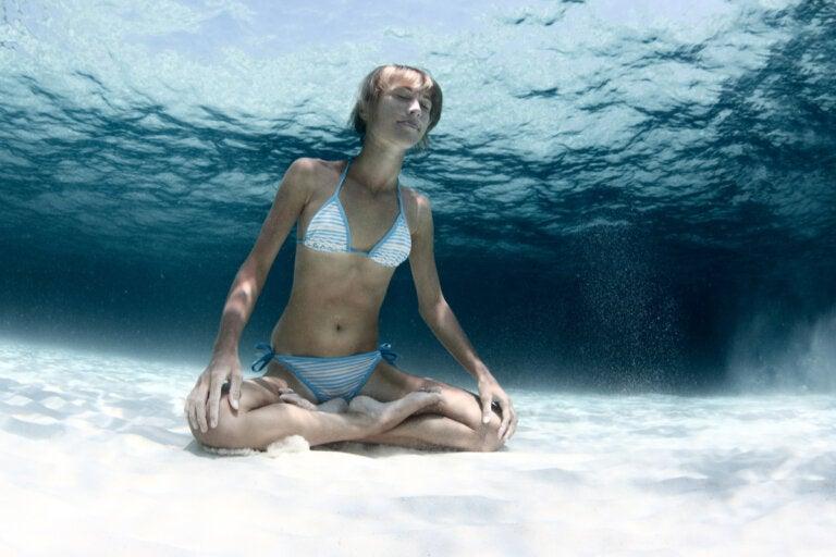 Yoga acuático: características, beneficios y más